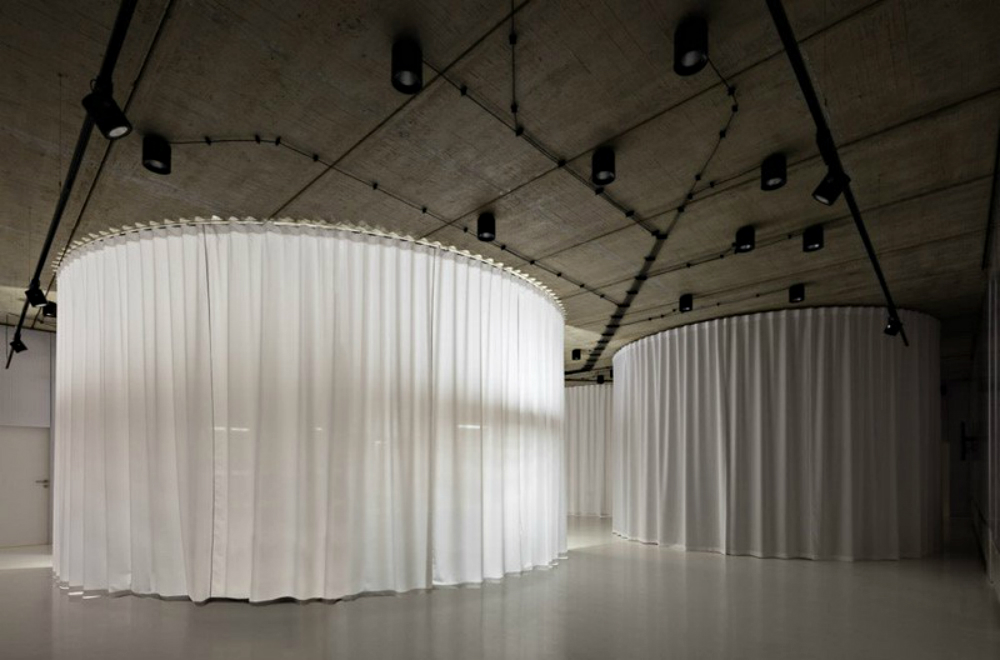 Chybik + Kristof Creates Furniture Showroom with 900 Plastic Chairs chybik + kristof Chybik + Kristof Creates Furniture Showroom with 900 Plastic Chairs Chybik Kristof Creates Furniture Showroom with 900 Plastic Chairs 3