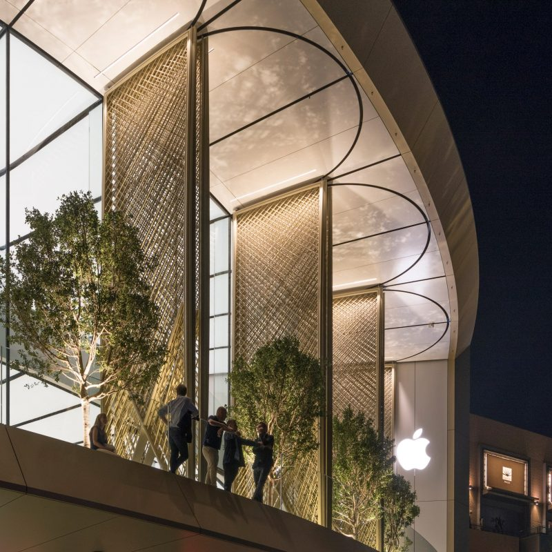 Studio Foster + Partners Adds Carbon-Fibre Covers to Dubai Apple Store