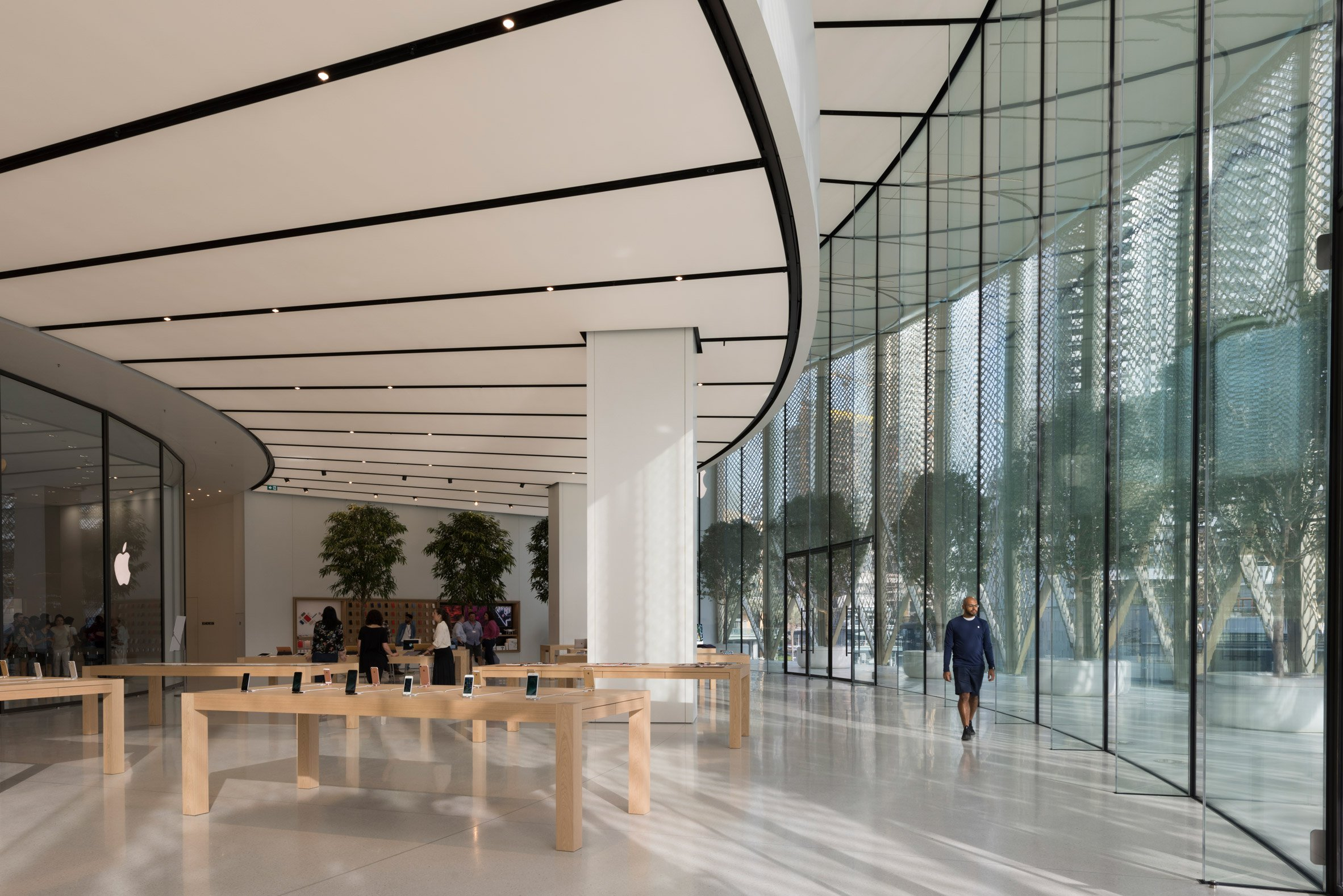 Studio Foster + Partners Adds Carbon-Fibre Covers to Dubai Apple Store foster + partners Studio Foster + Partners Adds Carbon-Fibre Covers to Dubai Apple Store Studio Foster Partners Adds Carbon Fibre Covers to Dubai Apple Store 5