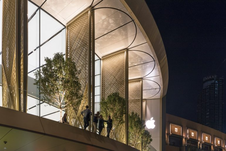 foster + partners Studio Foster + Partners Adds Carbon-Fibre Covers to Dubai Apple Store Studio Foster Partners Adds Carbon Fibre Covers to Dubai Apple Store 2 770x513